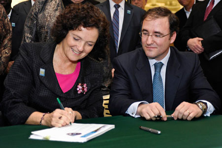 Secretary Paula Hammond seals the contract with Fernando González Alcañiz of Dragados