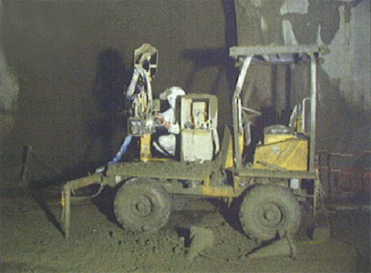 Shotcrete unit for tight spaces