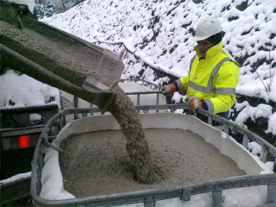 Faster curing admixture for in-situ and precast concrete