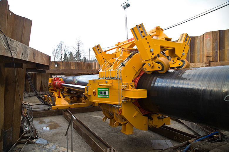 The micro-TBM is mounted at the front end of the pipe string to be installed, with 500 tonne of forward force provided by a pipe thruster