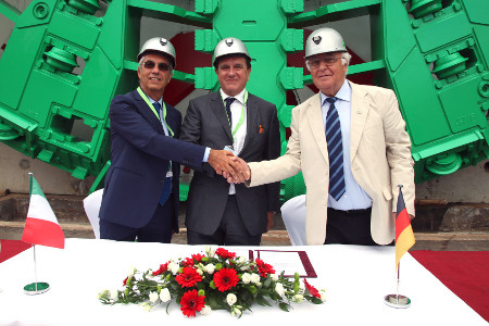 Gennario Tozzi (Pavimental Head of Group Infrastructure Development, left), and Franco Tolenntino (Pavimental Chairman, centre), accepting the mega-TBM from Martin Herrenknecht
