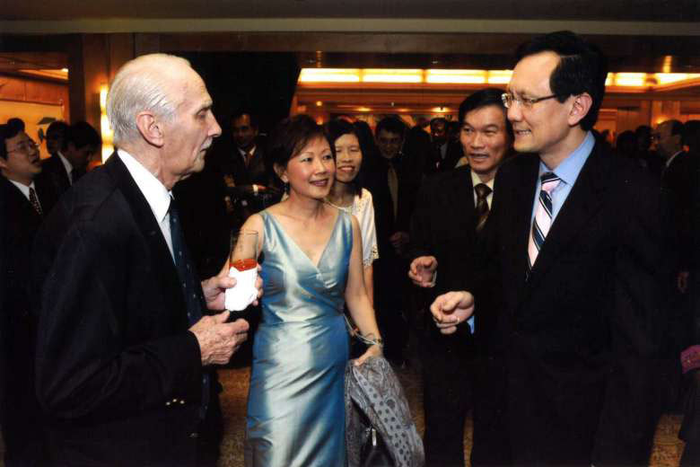 Hulme with former Transport Minister Raymond Lim (right) at the inaugural Transport Excellence Awards in 2008