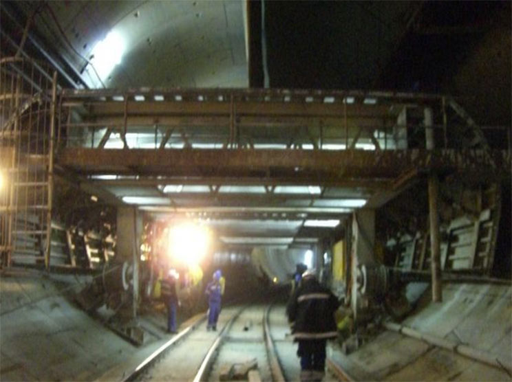 Construction of the horizontal dividing deck for the twin-track rail tunnel