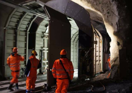 Telescopic portal shelter for staged enlargement work in rail tunnel