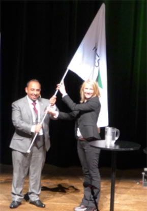 Rayed At Arashi of UAE accepts ITA/WTC baton from Heidi Berg for WTC2018 in Dubai