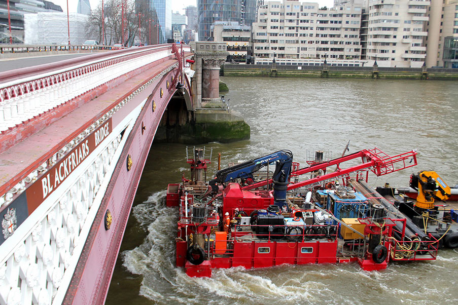 Fugro Skate 2D negotiates 7.6m Blackfriars bridge