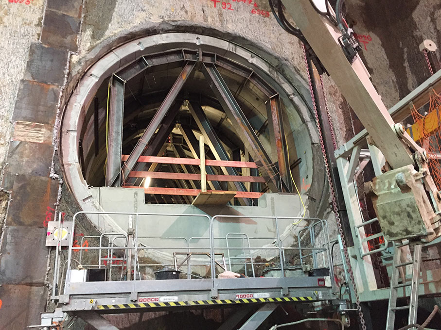 Bracing the running tunnels before ground freezing