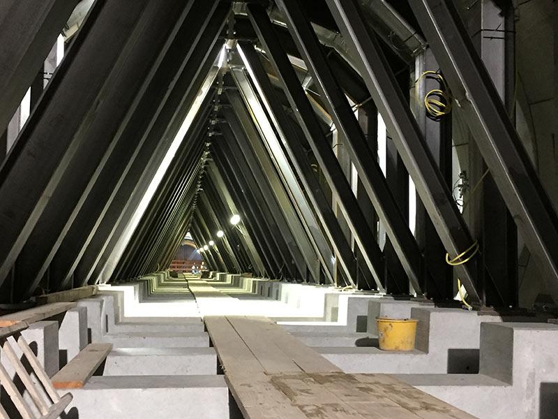 Ranks of strut frames along running tunnels