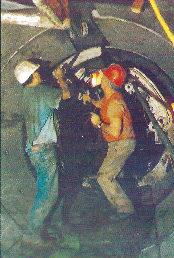 Tunnelling under the protection of the shield using clay spades