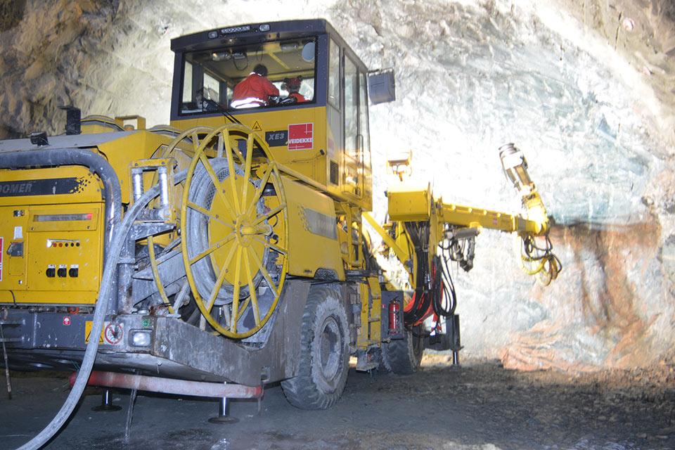 Drill+blast advances key road link