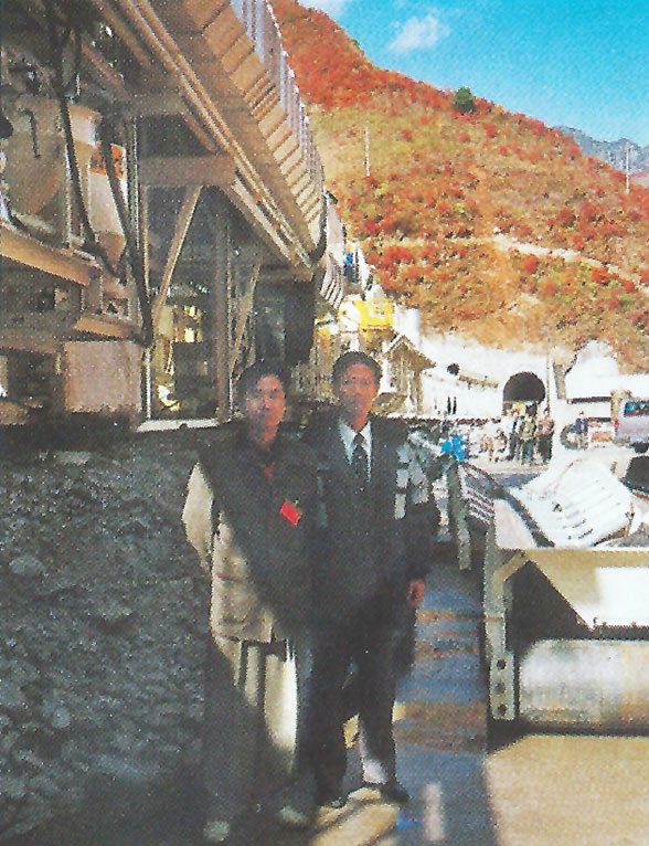 Professor Wang Jianyu (right) with the site project manager of the Qinling TBM excavation programme Zhuo Zhengguo