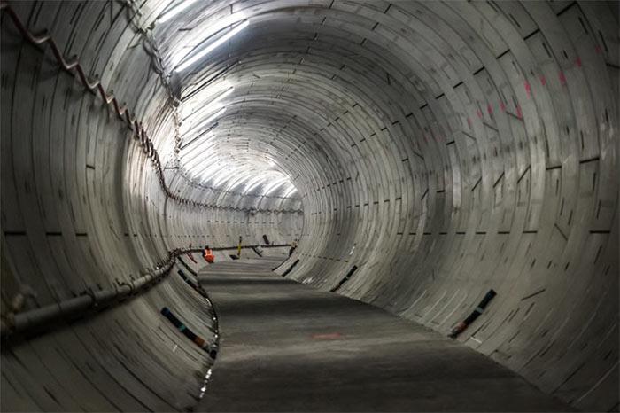 Segmentally lined running tunnel