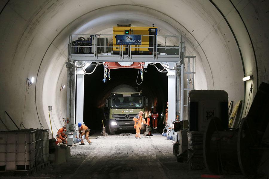 Gantry crane in the main running tunnel work site